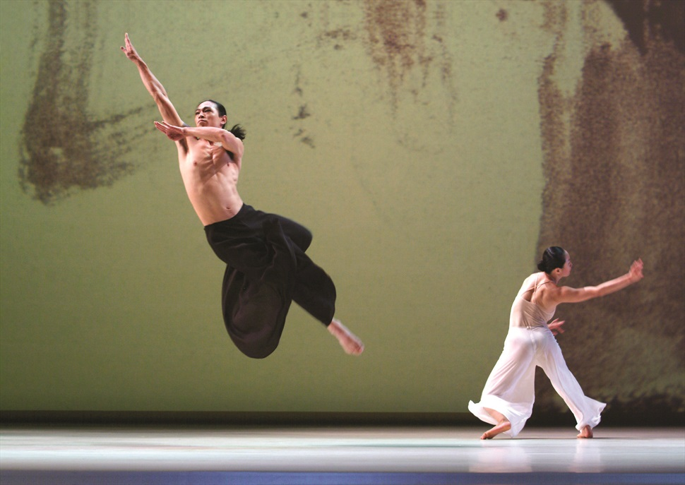 Cloud Gate Dance Theatre of Taiwan - Pine Smoke (cursive II) · Festival Grec