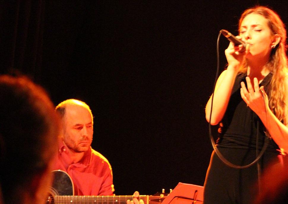 Eva Verde (veu i guitarra) i Publi Delgado (guitarra) en concert al Recinte de Sant Pau
