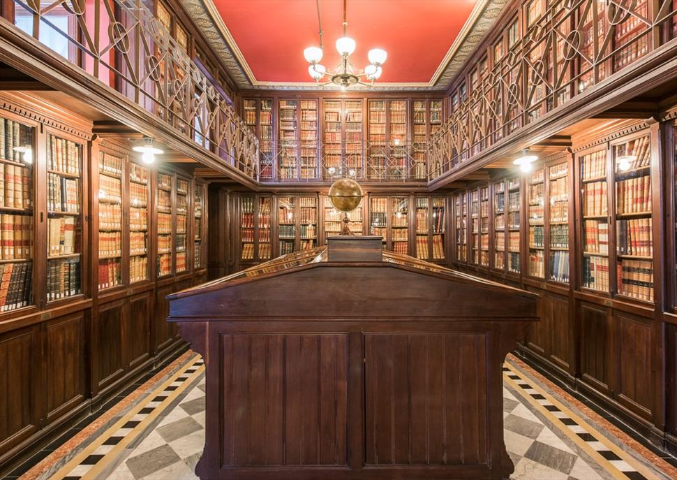 Nits d'estiu a les Cases Singulars: Visita guiada a la Biblioteca Arús i a la col·lecció S. Holmes i un regal de xocolata Amatller